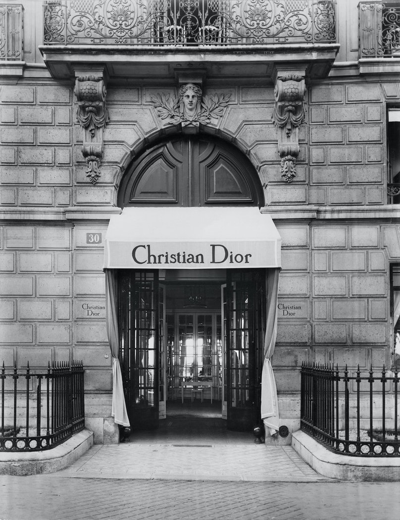 The façade of 30 avenue Montaigne, circa 1947