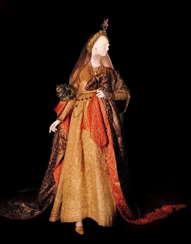 Wedding dress. Tribute to William Shakespeare- ©Fondation Pierre Bergé – Yves Saint Laurent Alexandr...
