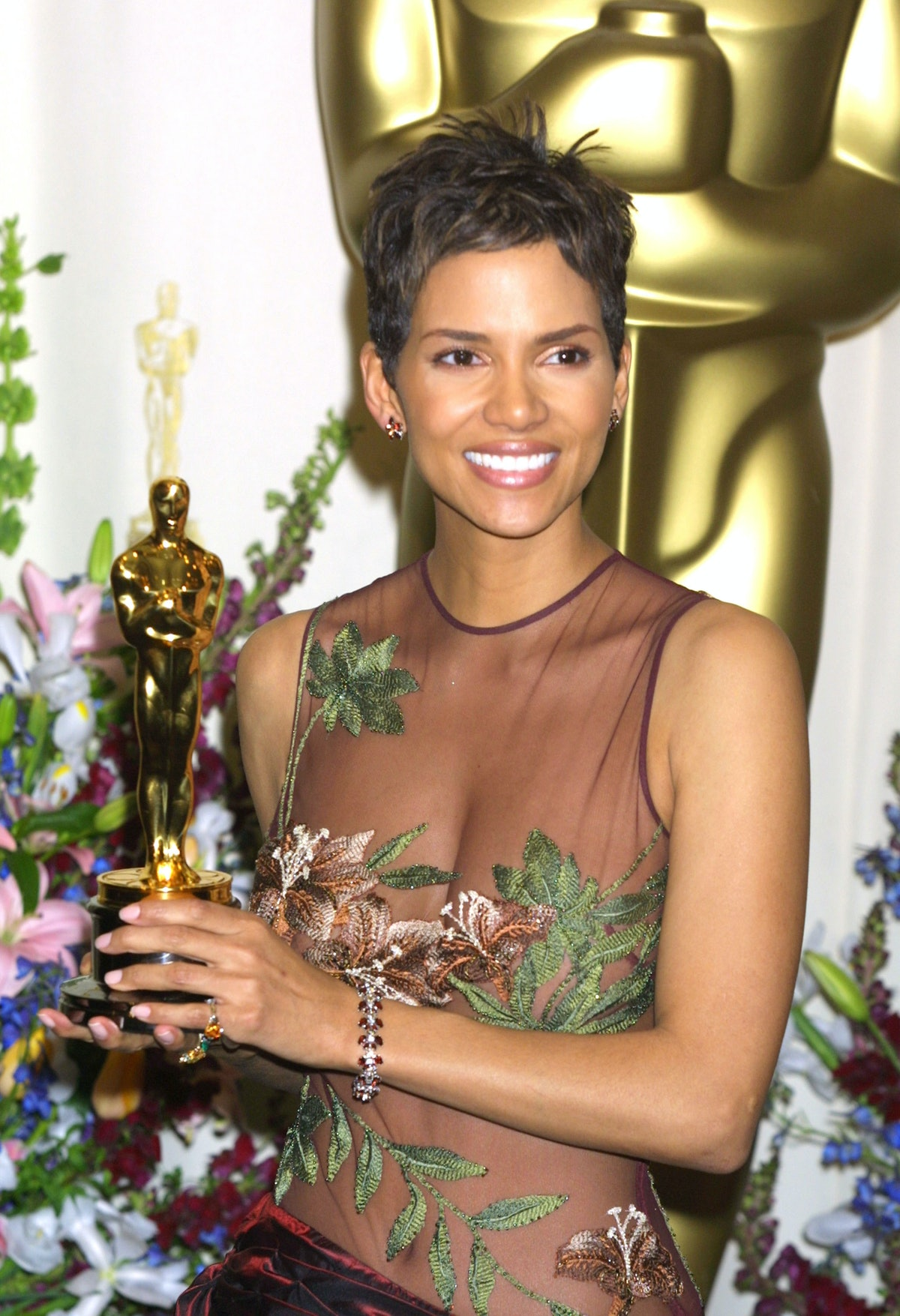 Halle Berry holding her Oscar