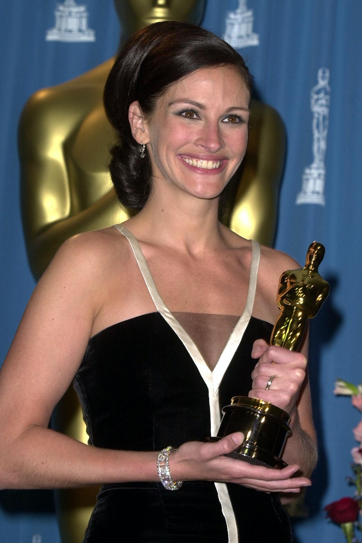 Julia Roberts holding an Oscar