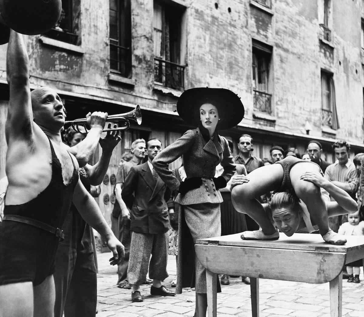 Elise_Daniels_with_street_performers_suit_by_Balenciaga_Le_Marais_Paris_1948._Photograph_by_Richard_...