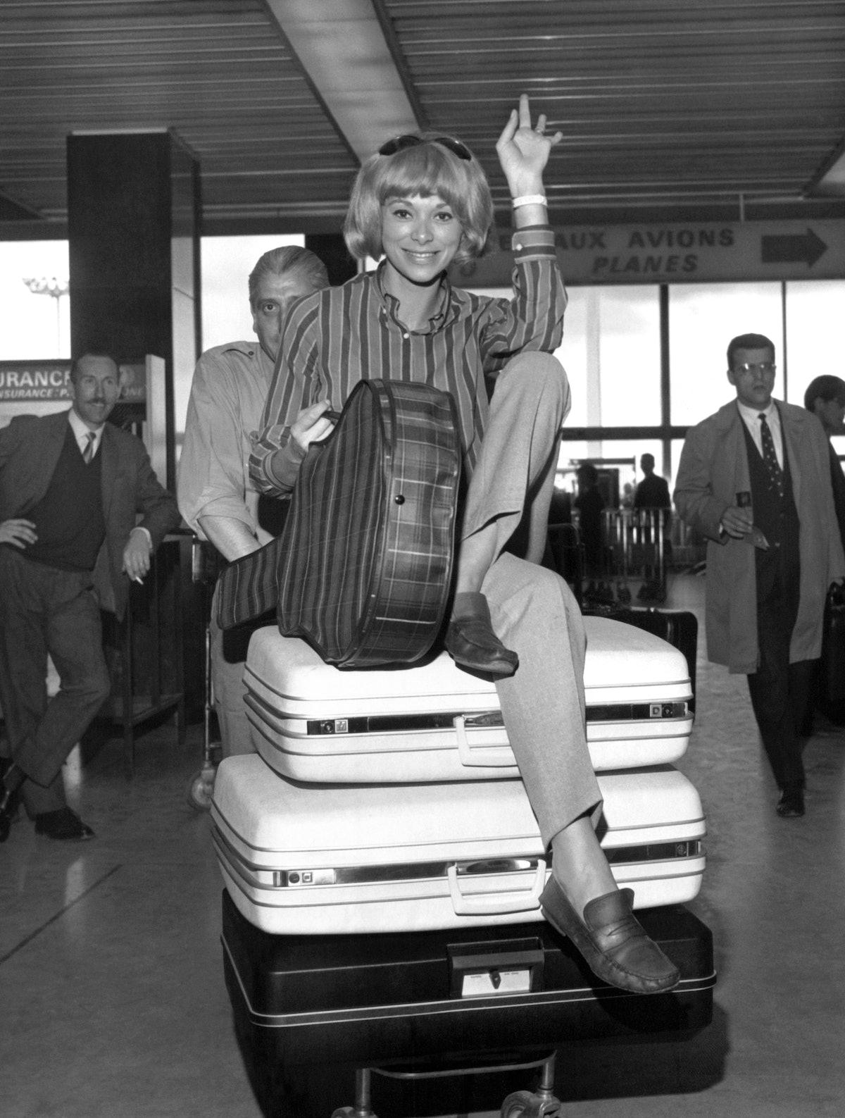 Mireille Darc A L'Aeroport D'Orly
