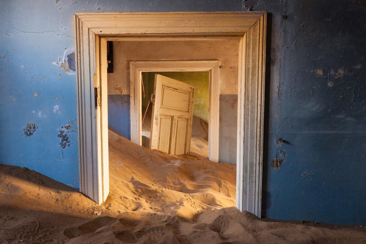 kolmanskop-namibia-ghost-town-woe1.jpg