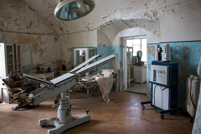 Old_machinery_in_Patarei_prison_surgery_room_Estonia.jpg
