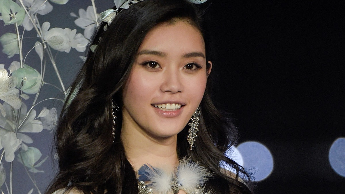 Ming Xi Falls During Victoria's Secret Show and Gizele Oliveira Helps Her