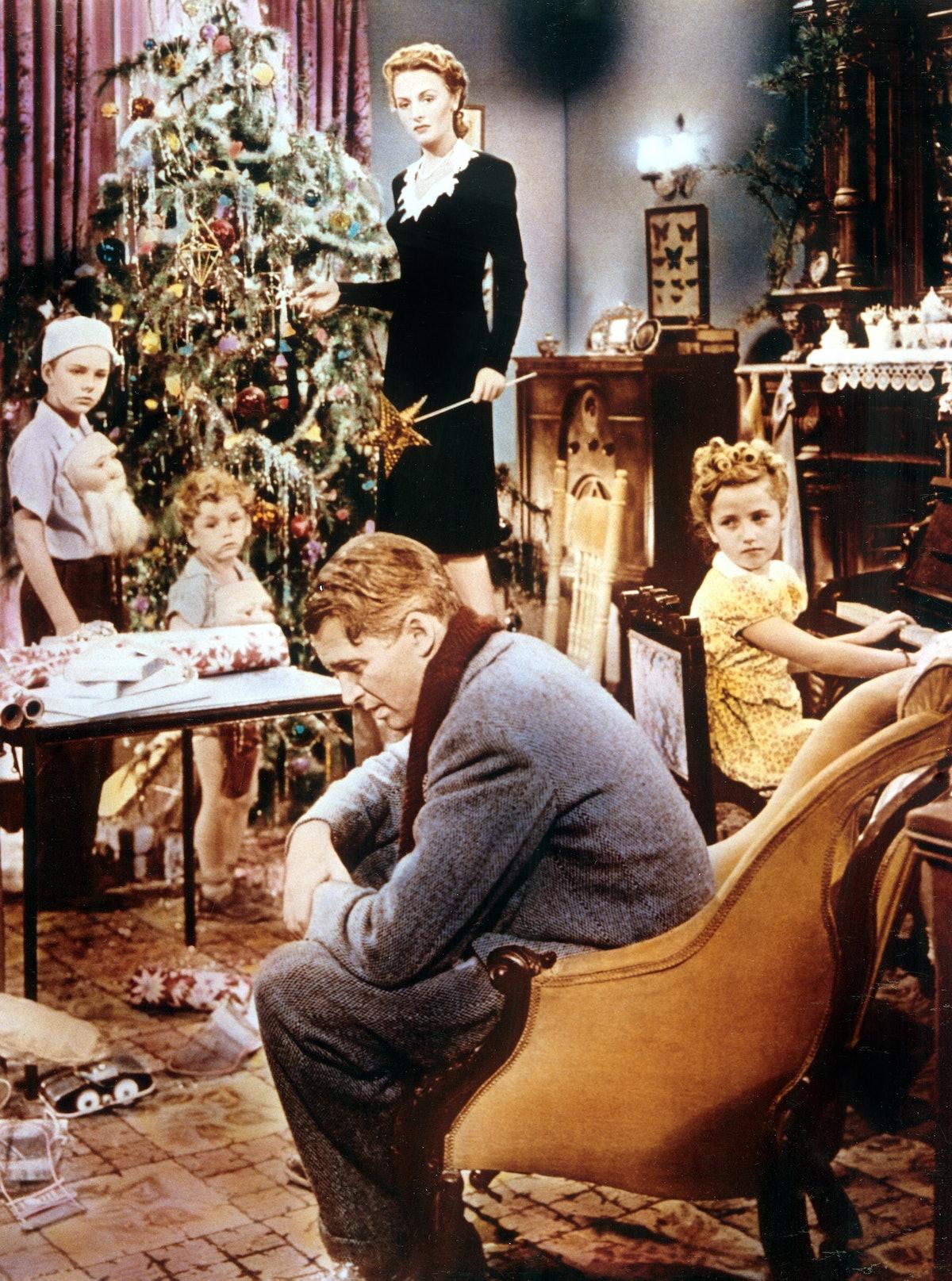 IT'S A WONDERFUL LIFE, Larry Simms, Jimmy Hawkins, Donna Reed, Karolyn Grimes, James Stewart, 1946