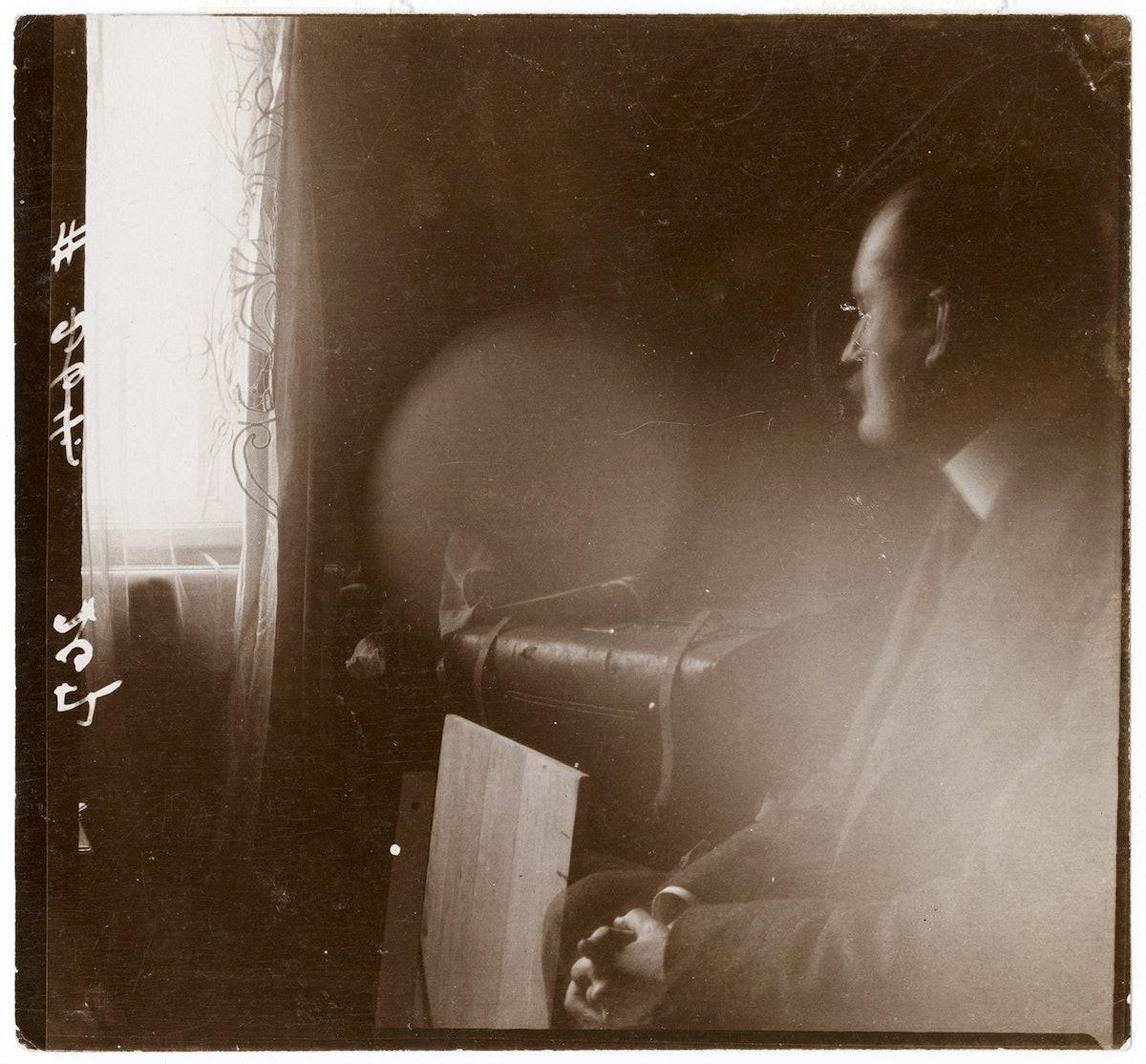 Edvard Munch på sin reisekoffert I