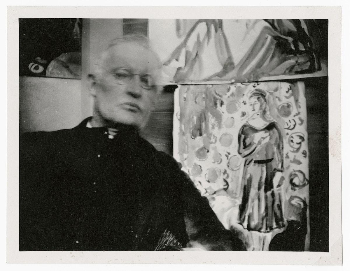 Edvard Munch med briller, foran to akvareller og «Stående dame med samojed» II