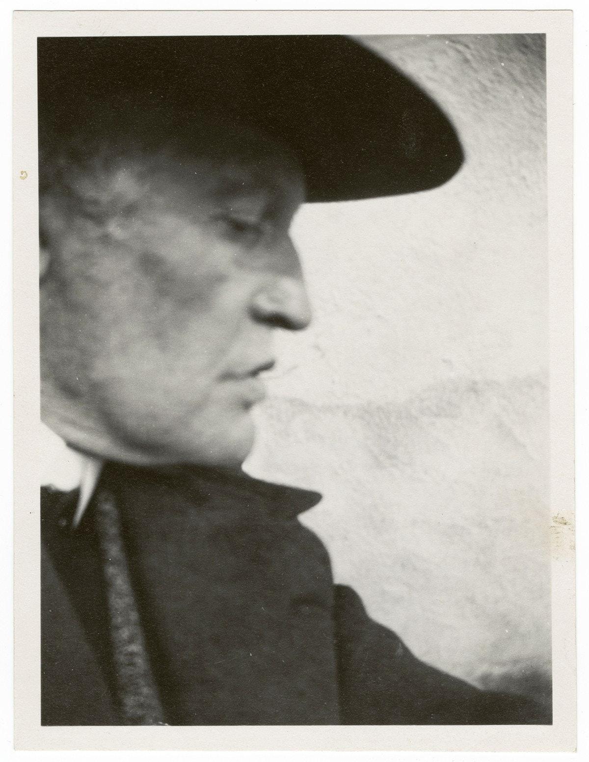 Edvard Munch med hatt, i profil mot høyre