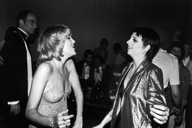 Singer actress Liza Minnelli (R) with her sister (