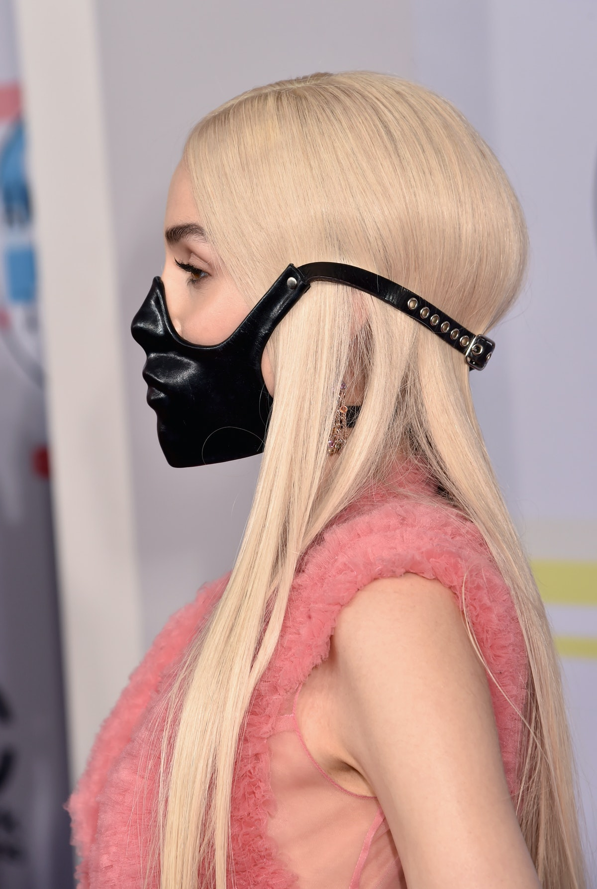 POPPY Wears A Black Mask At The AMAs 2