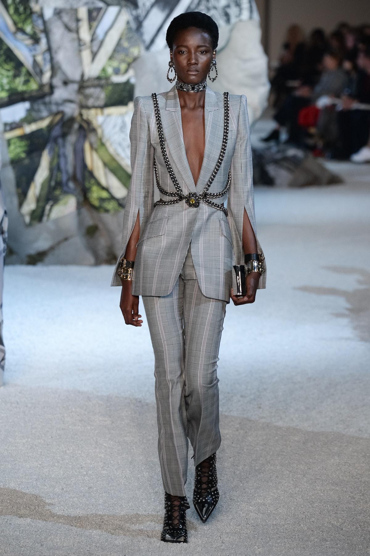 Alexander McQueen : Runway - Paris Fashion Week Womenswear Spring/Summer 2019