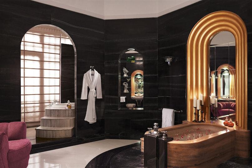 R&S_UBPJ_MaharaniSuite_Bathroom__Wogli_10215-3x2.jpg