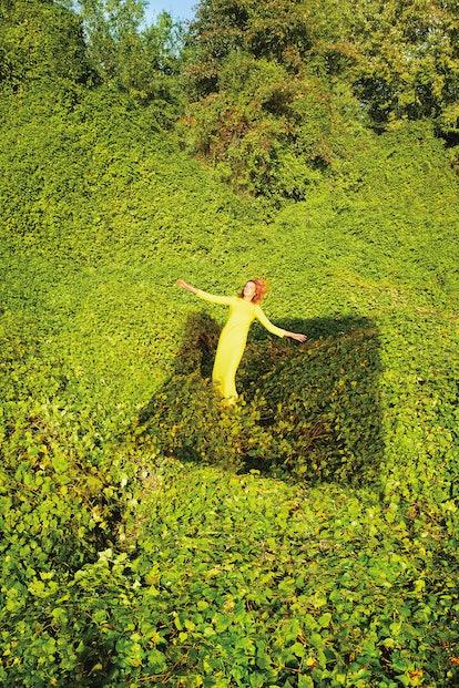 Daria Werbowy in a field