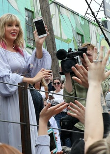 """Taylor Swift Surprises Fans At New Kelsey Montague """"What Lifts You Up"""" Mural In Nashville"""