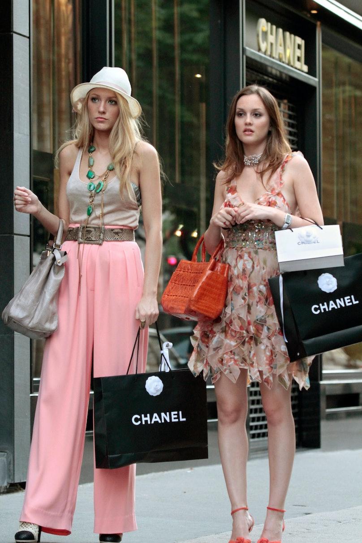GOSSIP GIRL, (from left): Blake Lively, Leighton Meester, 'Belles de Jour', (Season 4, ep. 401, aire