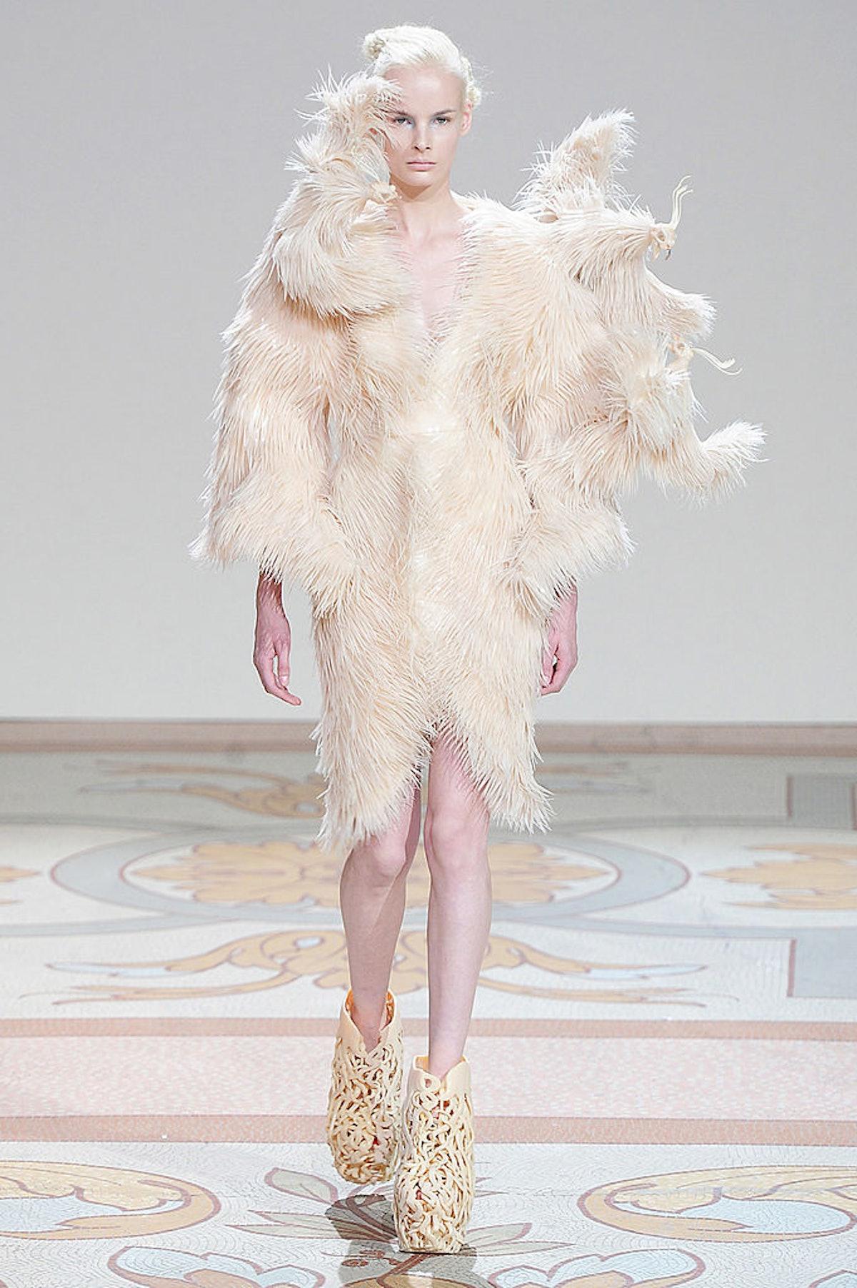 Iris Van Herpen - Couture Fall 2013 Runway - Paris Haute Couture Fashion Week