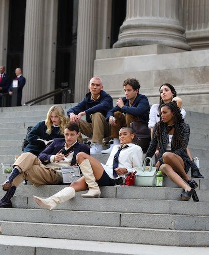 gossip girl reboot cast on met steps