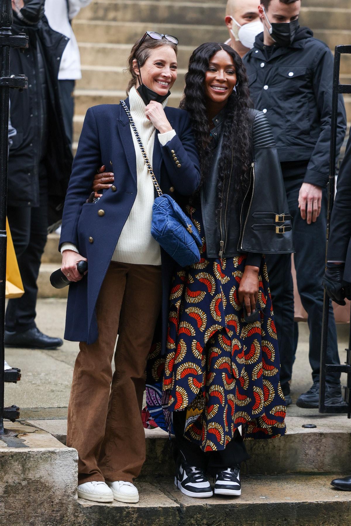 Christy Turlington and Naomi Campbell on steps